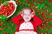 holčička jíst jahody