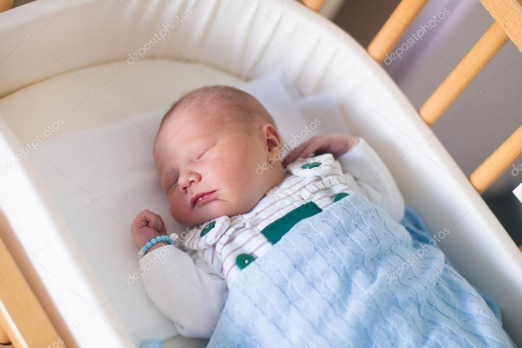 Neugeborenes baby junge im hosptal kinderbett u2014 stockfoto