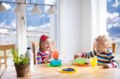 Děti snídat ve slunné kuchyně