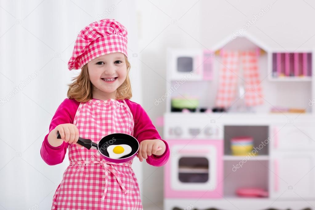 niña jugando con cocina de juguete — Foto de stock © FamVeldman ...