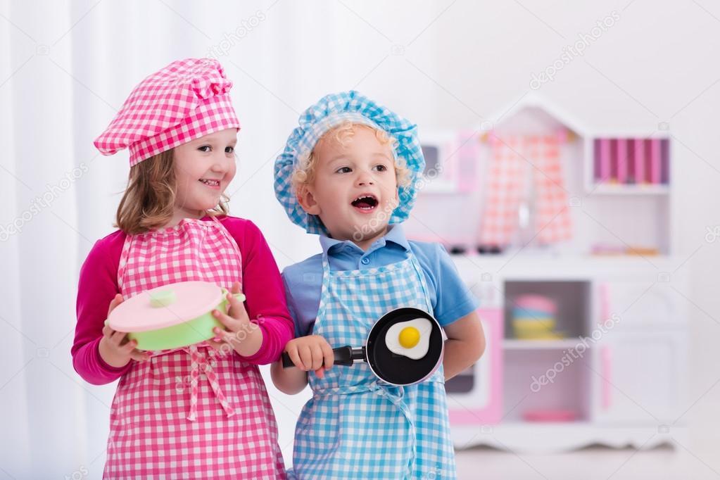 Ni os con cocina de juguete foto de stock famveldman for Cocinando 1000 huevos