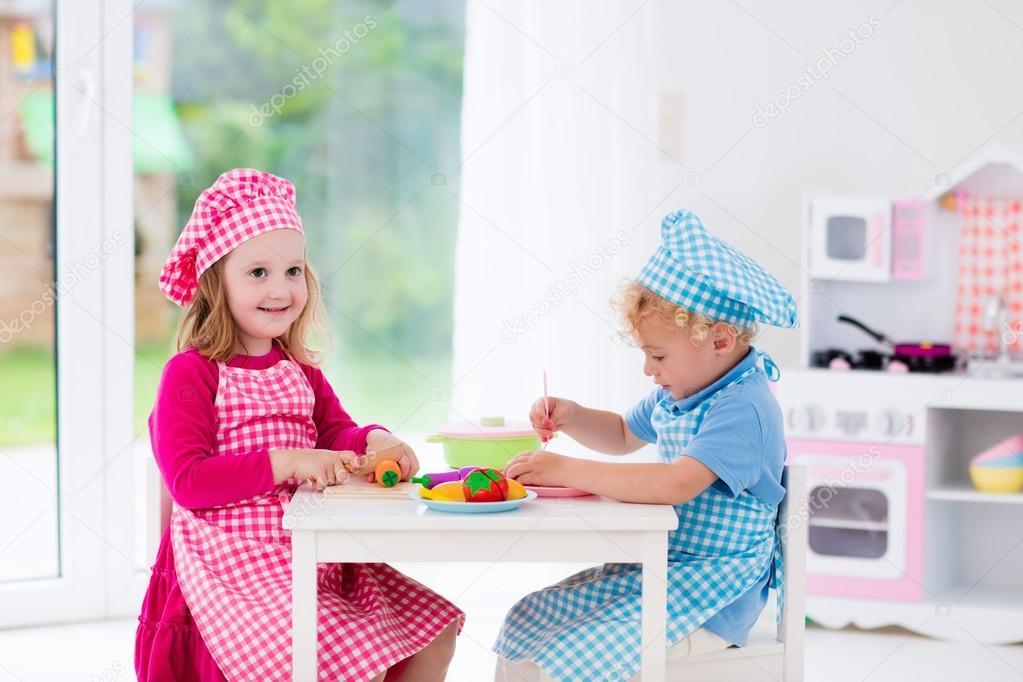 Kinder spielen mit Spielzeug Küche — Stockfoto © FamVeldman #114352226