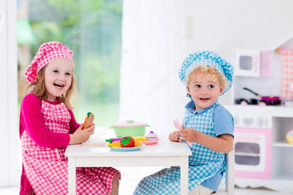 Kinder spielen mit Spielzeug Küche — Stockfoto © FamVeldman #114588896