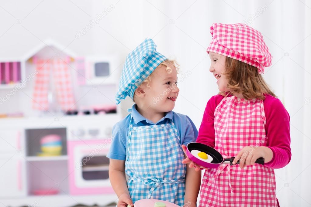 Niños con cocina de juguete — Foto de stock © FamVeldman #115152454