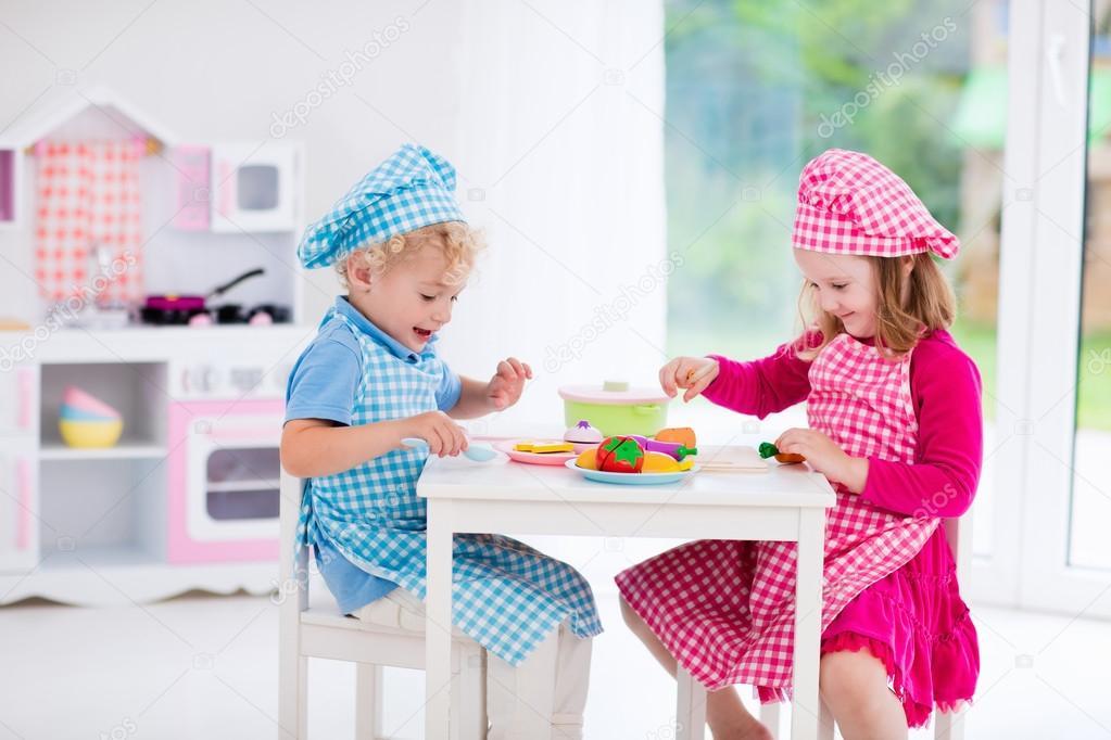 Kinder spielen mit Spielzeug Küche — Stockfoto © FamVeldman #115152592