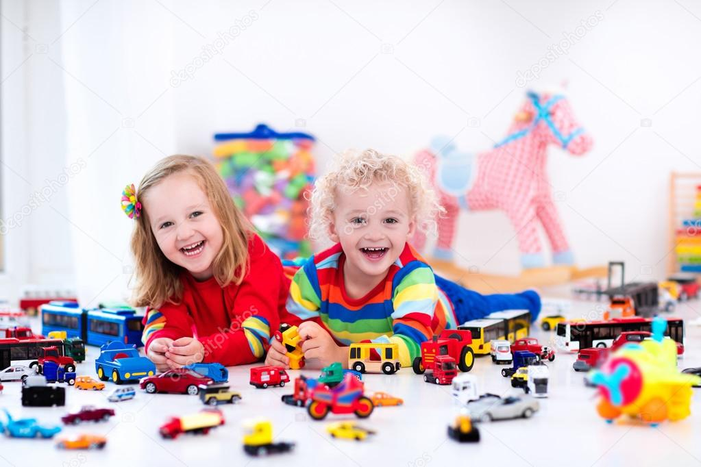 Niños Stock Pequeños Coches — Jugando Con De Fotos Juguete 8nwvmN0