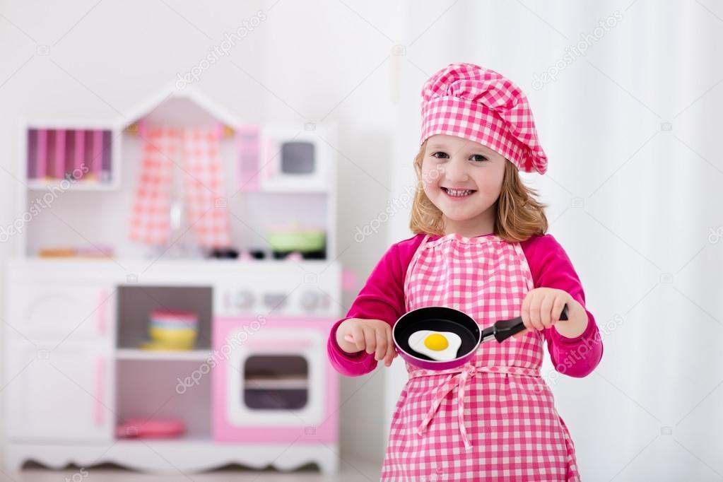 kleine Mädchen spielen mit Spielzeug Küche — Stockfoto © FamVeldman ...