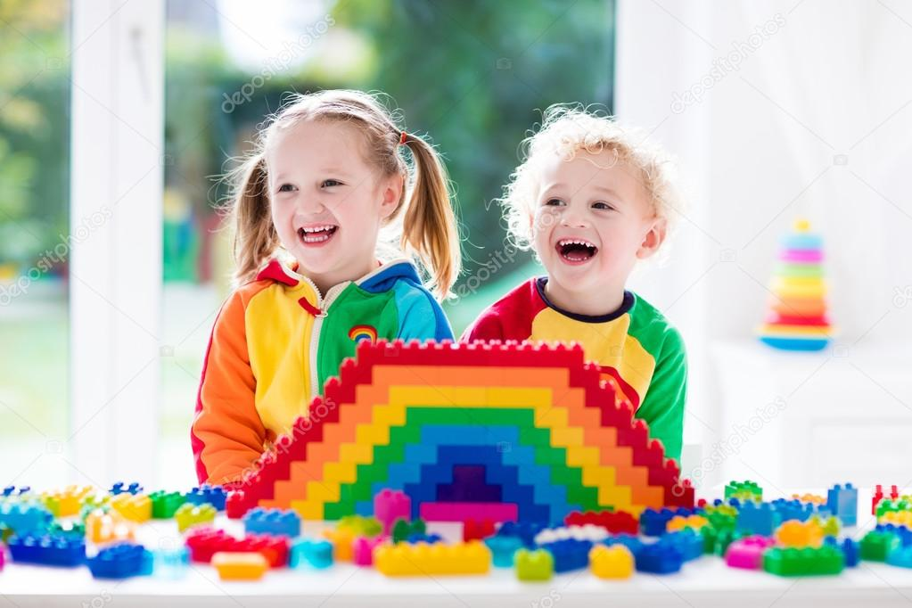 Ninos Jugando Con Los Bloques De Colores Fotos De Stock