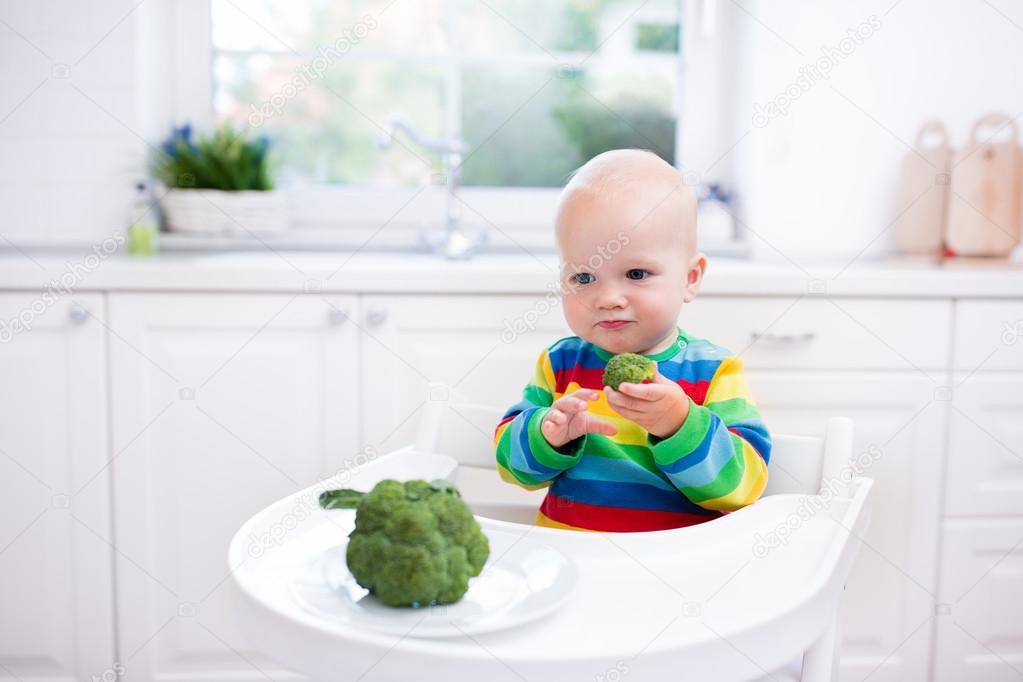 Kleiner Junge Brokkoli in weißen Küche Essen — Stockfoto ...
