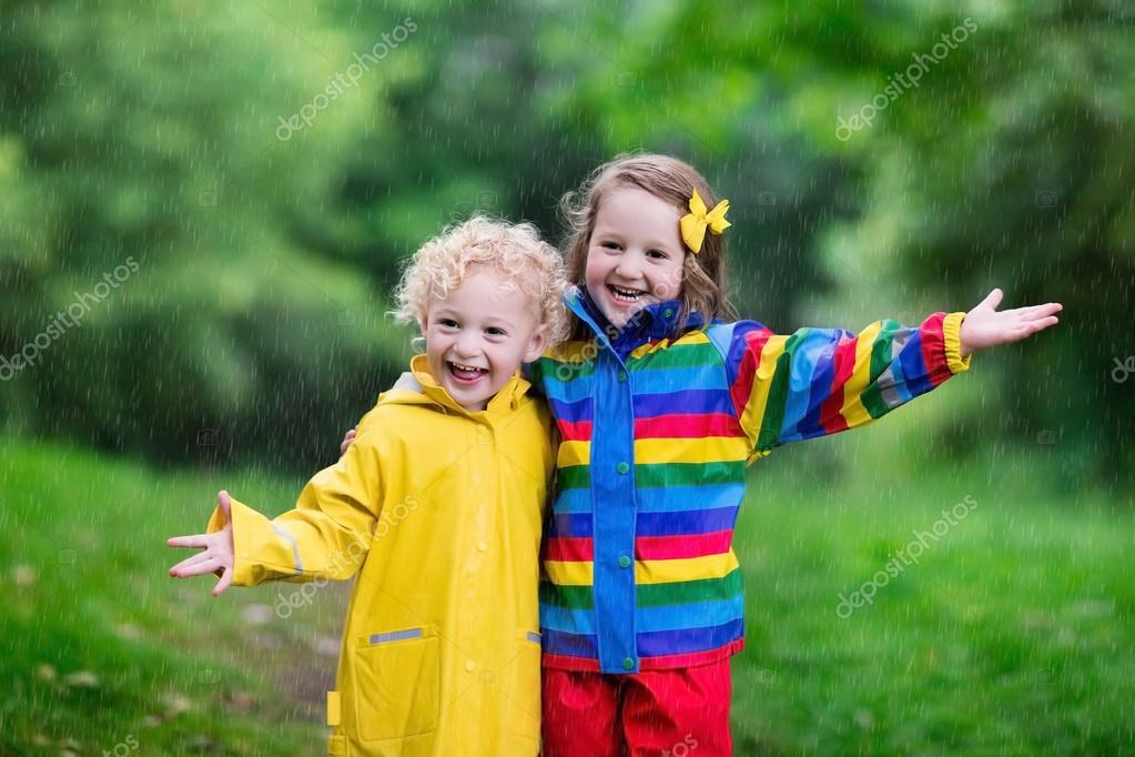Bambini che giocano sotto la pioggia foto stock for Piani di fattoria sotto 2000 piedi quadrati