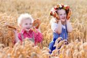 Fotografie Kinder in bayerischen Kostümen im Weizenfeld
