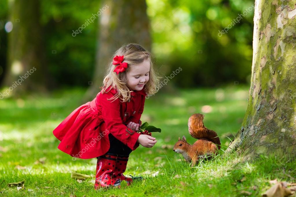 Маленькая девочка в лесу секс видео