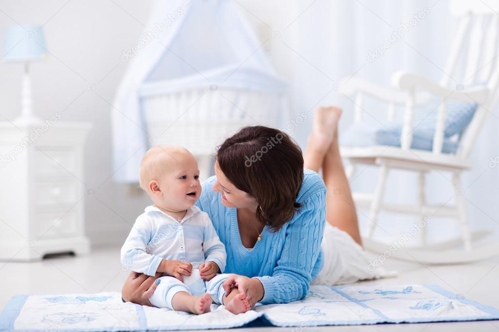 Stubenwagen Kleinkind : Mutter und kind spielen auf dem boden u2014 stockfoto © famveldman