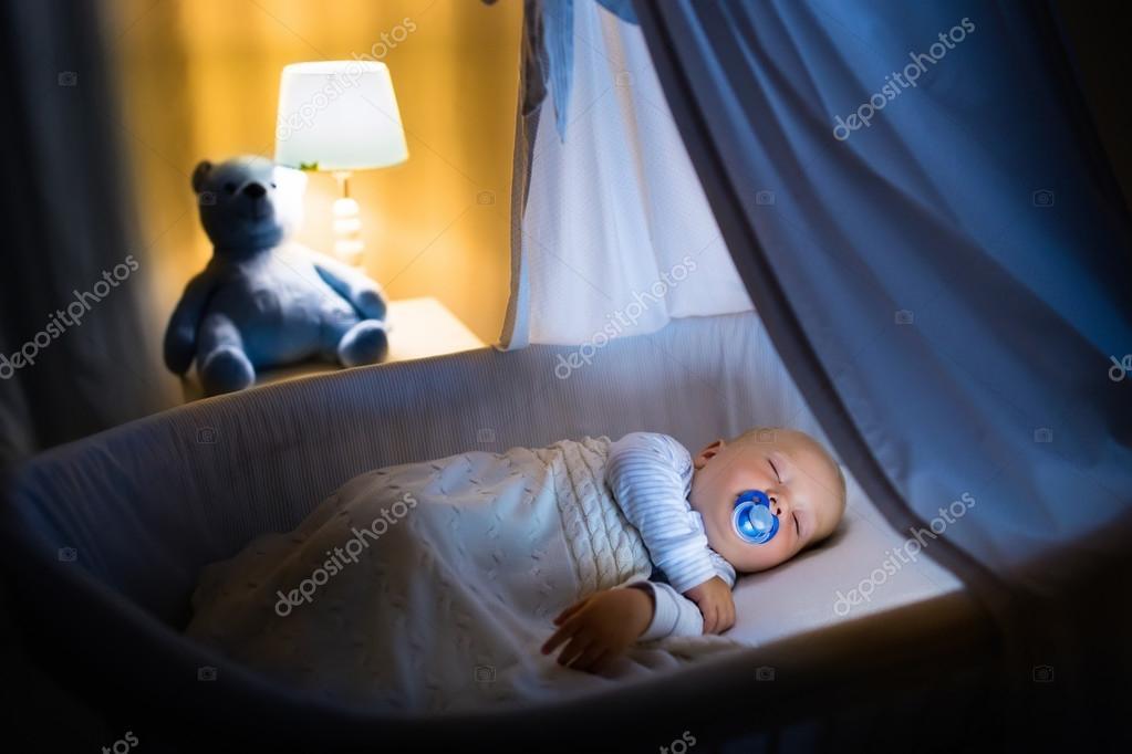 Babyjungen schlafen in der nacht u2014 stockfoto © famveldman #119874088