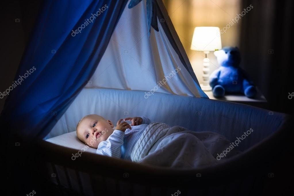 Babyjungen schlafen in der nacht u stockfoto famveldman