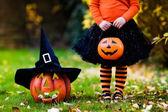 Kislány szórakozik a Halloween fogás vagy élvezet