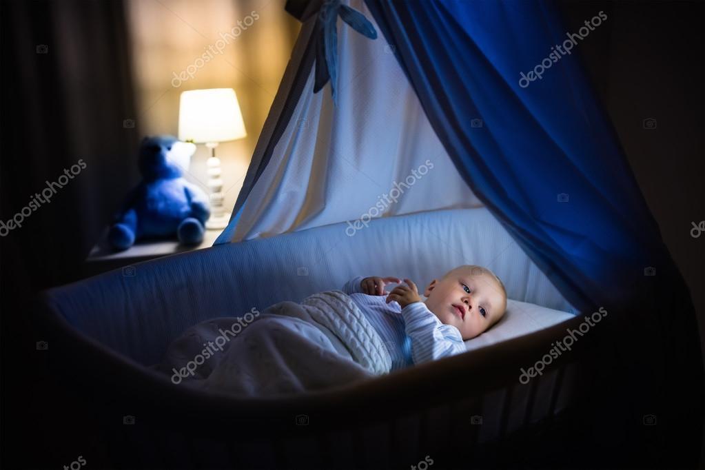 Babyjungen schlafen in der nacht u2014 stockfoto © famveldman #123249920