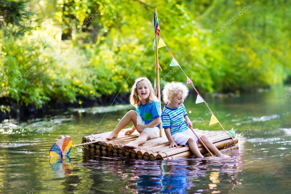 enfants sur radeau en bois photographie famveldman 123421456. Black Bedroom Furniture Sets. Home Design Ideas
