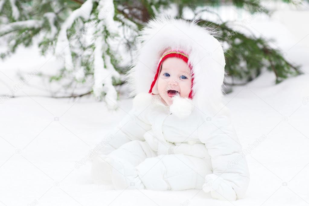 74e42f60d schattige lachende Babysitting in sneeuw onder een kerstboom ...
