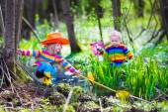 Fotografie Kinder, die draußen spielen und Frosch fangen