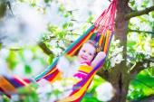 Kleines Mädchen in der Hängematte entspannen