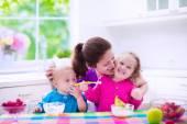 matka a děti snídat
