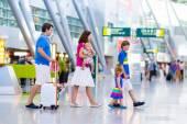 Familie mit Kinder am Flughafen