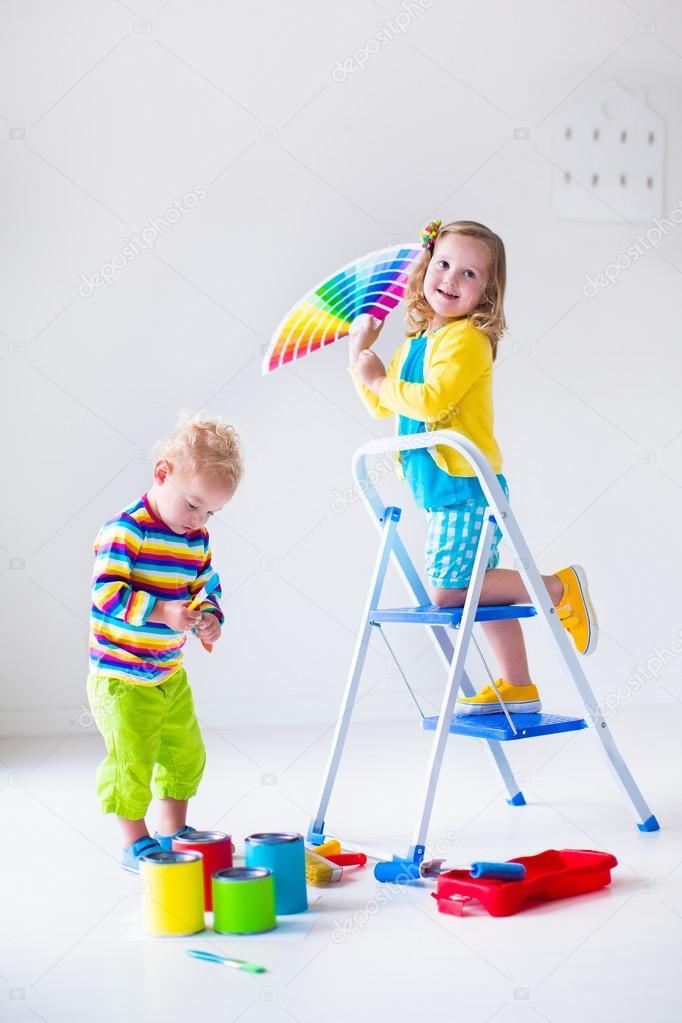 Niños pintando paredes en casa remodelar — Fotos de Stock ...