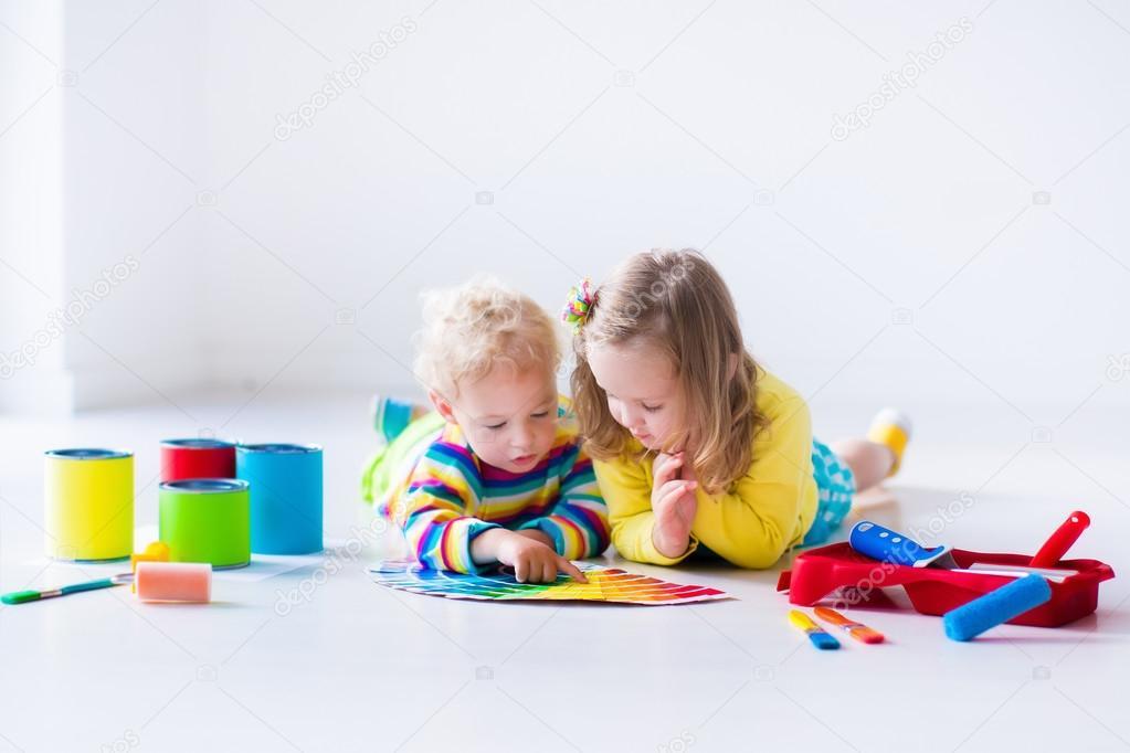 Niños pintando paredes en casa remodelar — Foto de stock ...