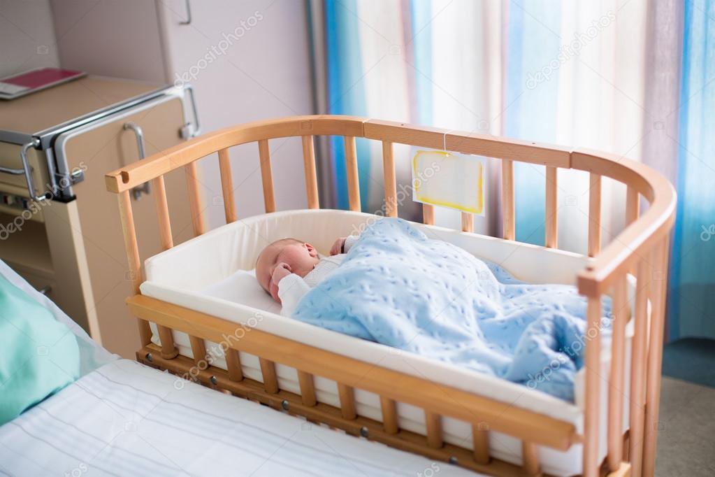 Neugeborenes baby im krankenhaus kinderbett u2014 stockfoto © famveldman