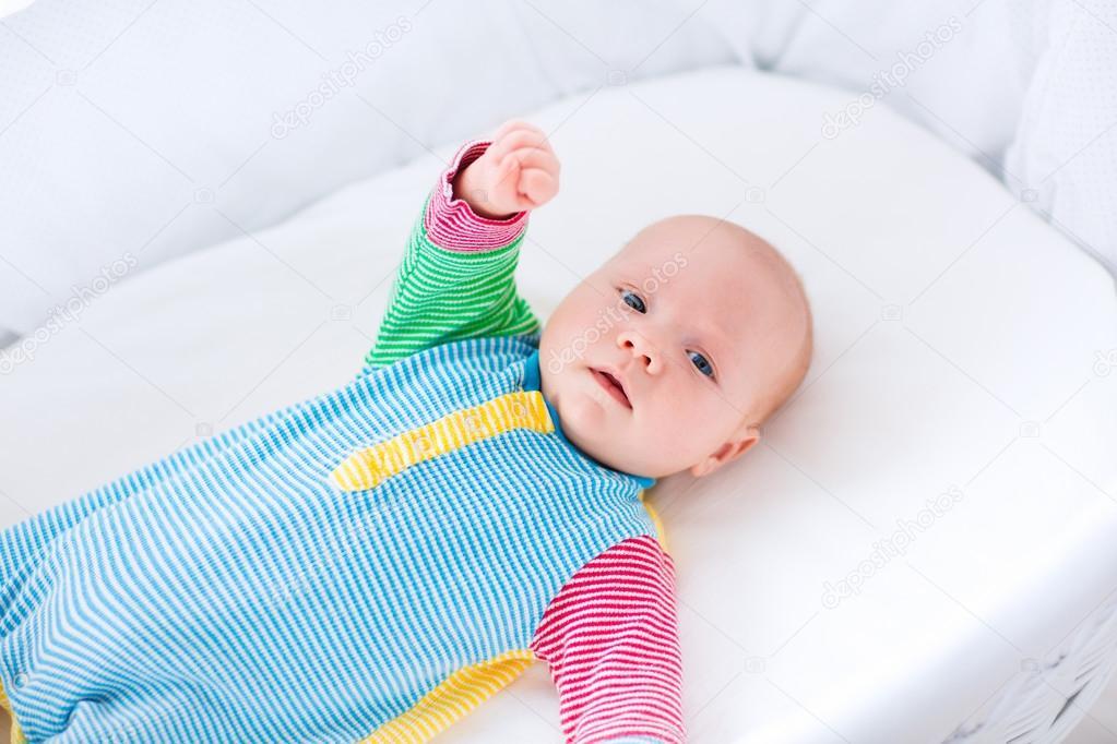 Nettes baby junge in eine weiße krippe u2014 stockfoto © famveldman