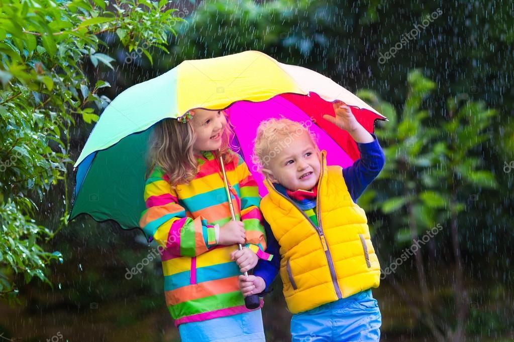 Bambini che giocano sotto la pioggia sotto l 39 ombrello for Piani di fattoria sotto 2000 piedi quadrati