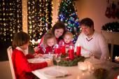 Fotografie Familie Weihnachtsessen zu Hause genießen