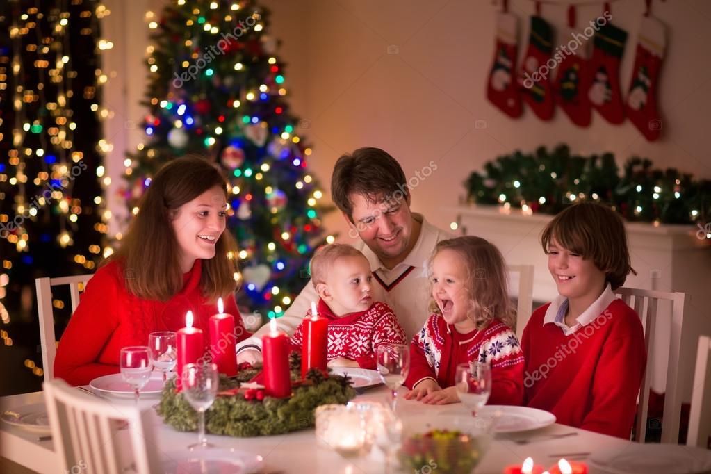 Familia disfrutando de una cena de Navidad en casa — Fotos de Stock ...