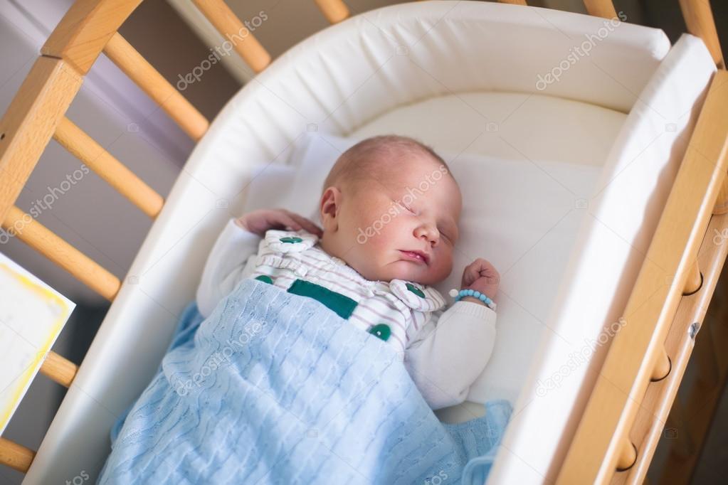 Neugeborenes baby junge im hosptal kinderbett u stockfoto