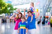 család-val kids repülőtéren