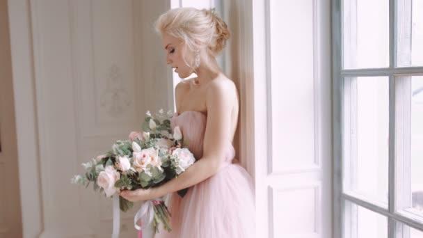 Szép, finom és nőies menyasszony. Esküvői csokor Rózsa.