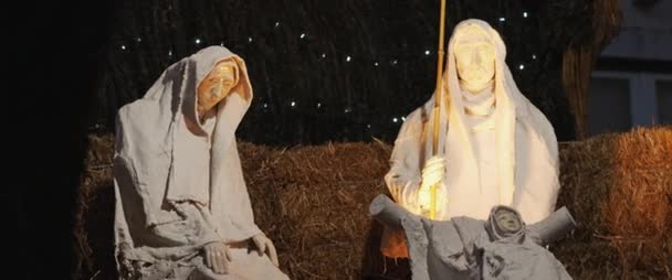 Ježíš Narození Scéna s zdobené vánoční světla a věnce uprostřed ulice. Zpomalený pohyb.