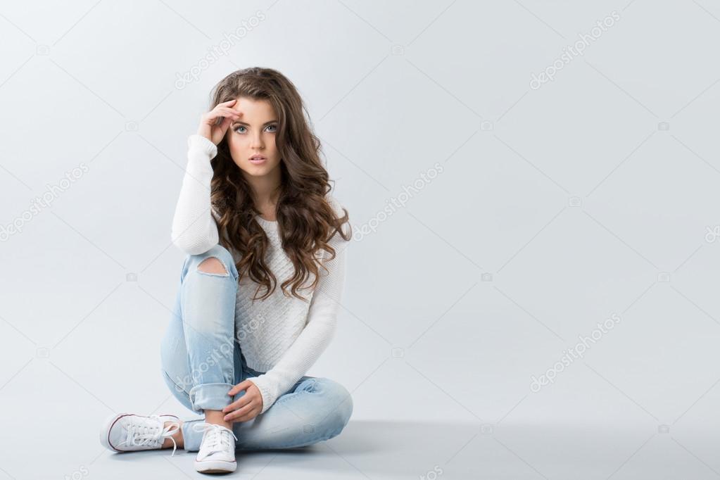 Молодая девка в джинсах фото 13-598