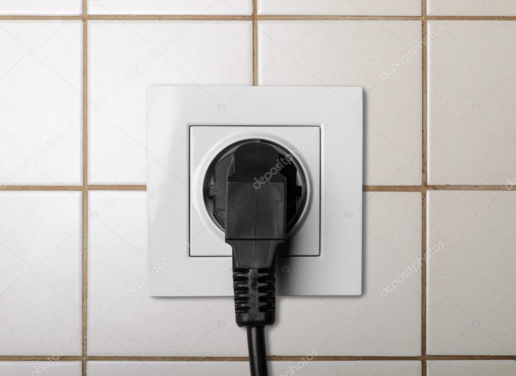 schwarze Kabel in einem weißen Steckdose angeschlossen — Stockfoto ...