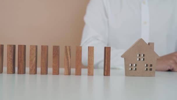 pojištění s rukama chránit dům. Pojištění domu nebo pojištění domu koncepce