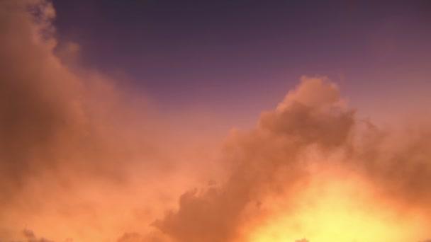 letadlo letí v soumraku nebo svítání