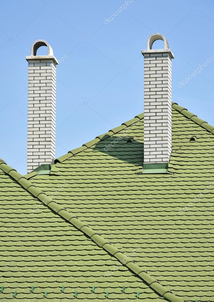 Favoriete Groene dakpannen en witte bakstenen rook stacks — Stockfoto LZ77