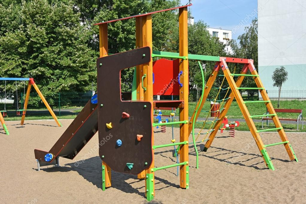 Klettergerüst Spielplatz : Spielplatz mit rutsche und klettergerüst lizenzfreie fotos bilder