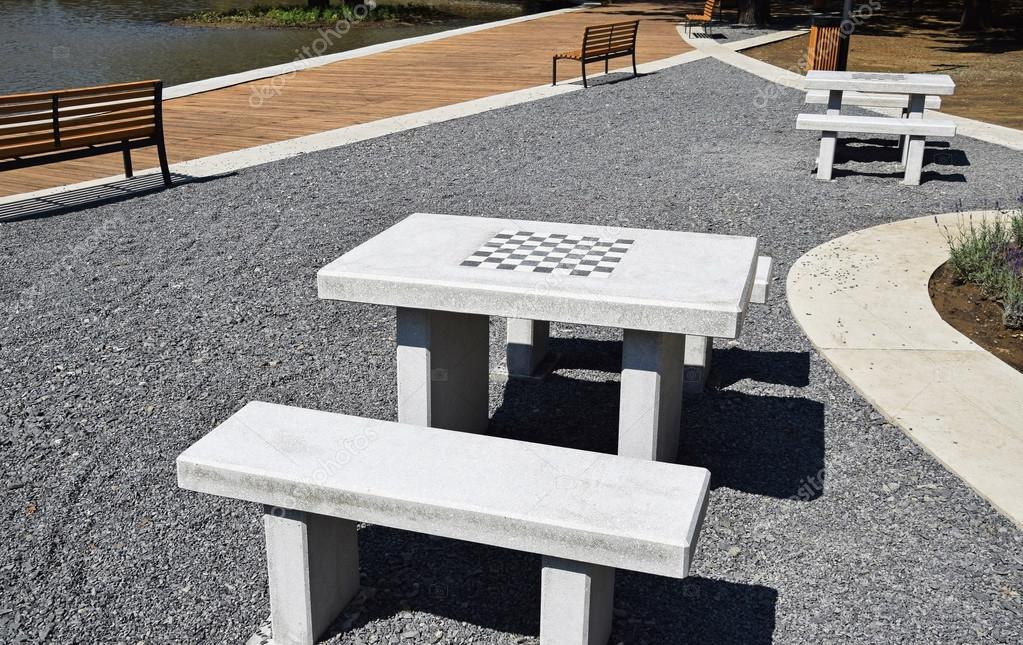 Tavolo in pietra e panchina nel parco — Foto Stock © majorosl66 ...