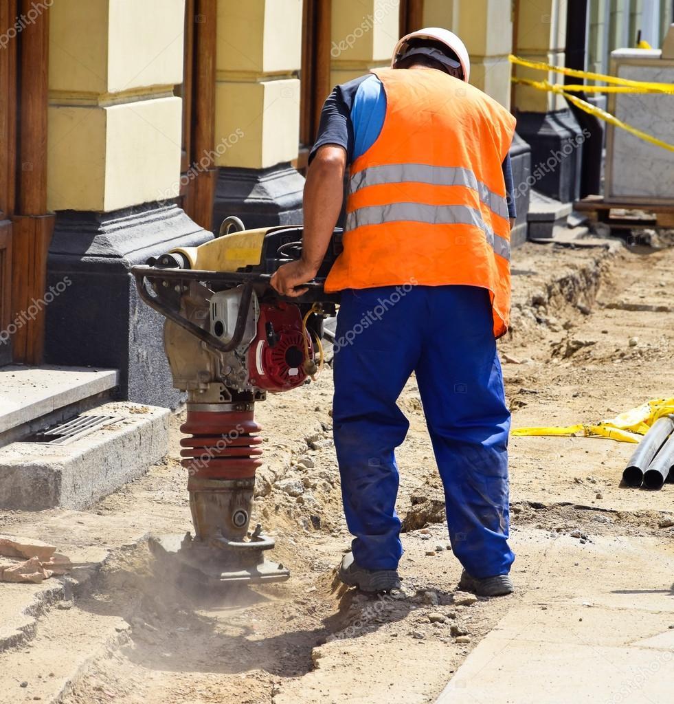 Hombre est trabajando en la construcci n de carreteras for Marmol en la construccion