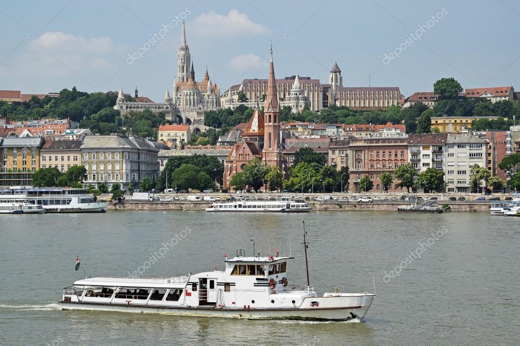 buy online 87db5 11efc Toeristische boot en kerken in de stad van Budapest ...