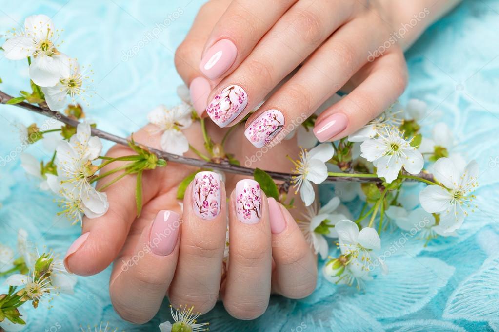 Lente Manicure Voor De Bruid In Zachte Tinten Met Bloemen Nail