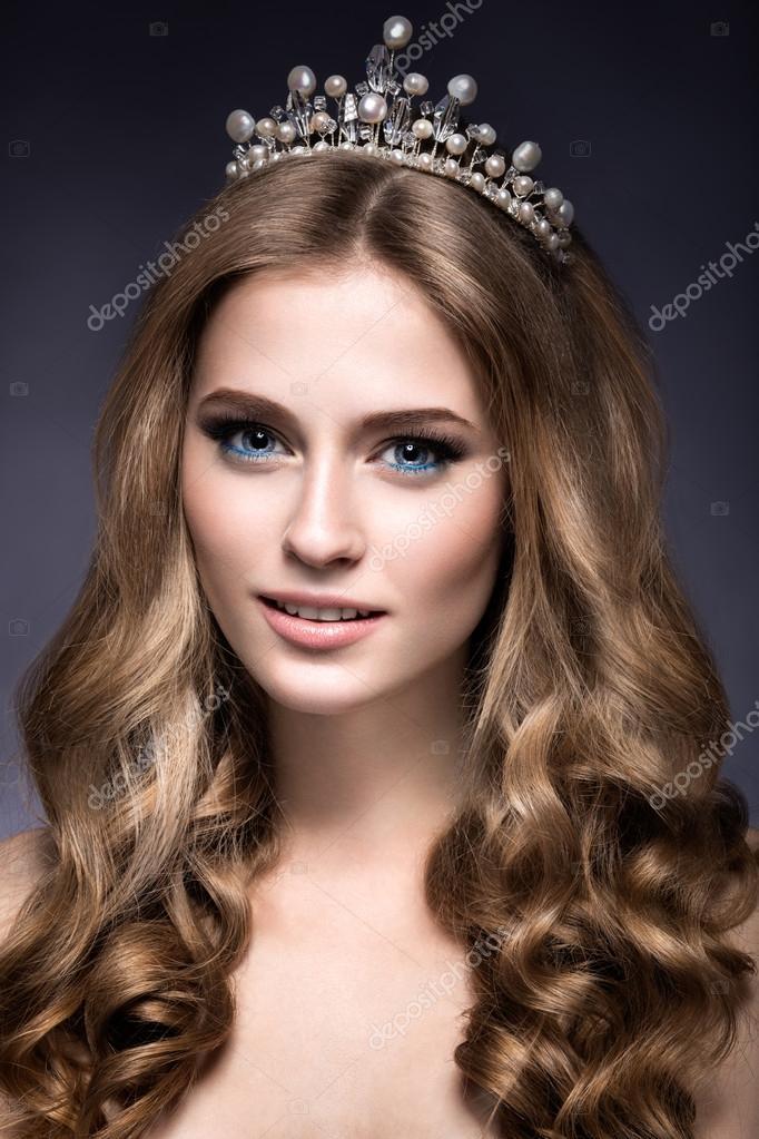 Принцесса с короной. Красивая девушка с короной в виде ...