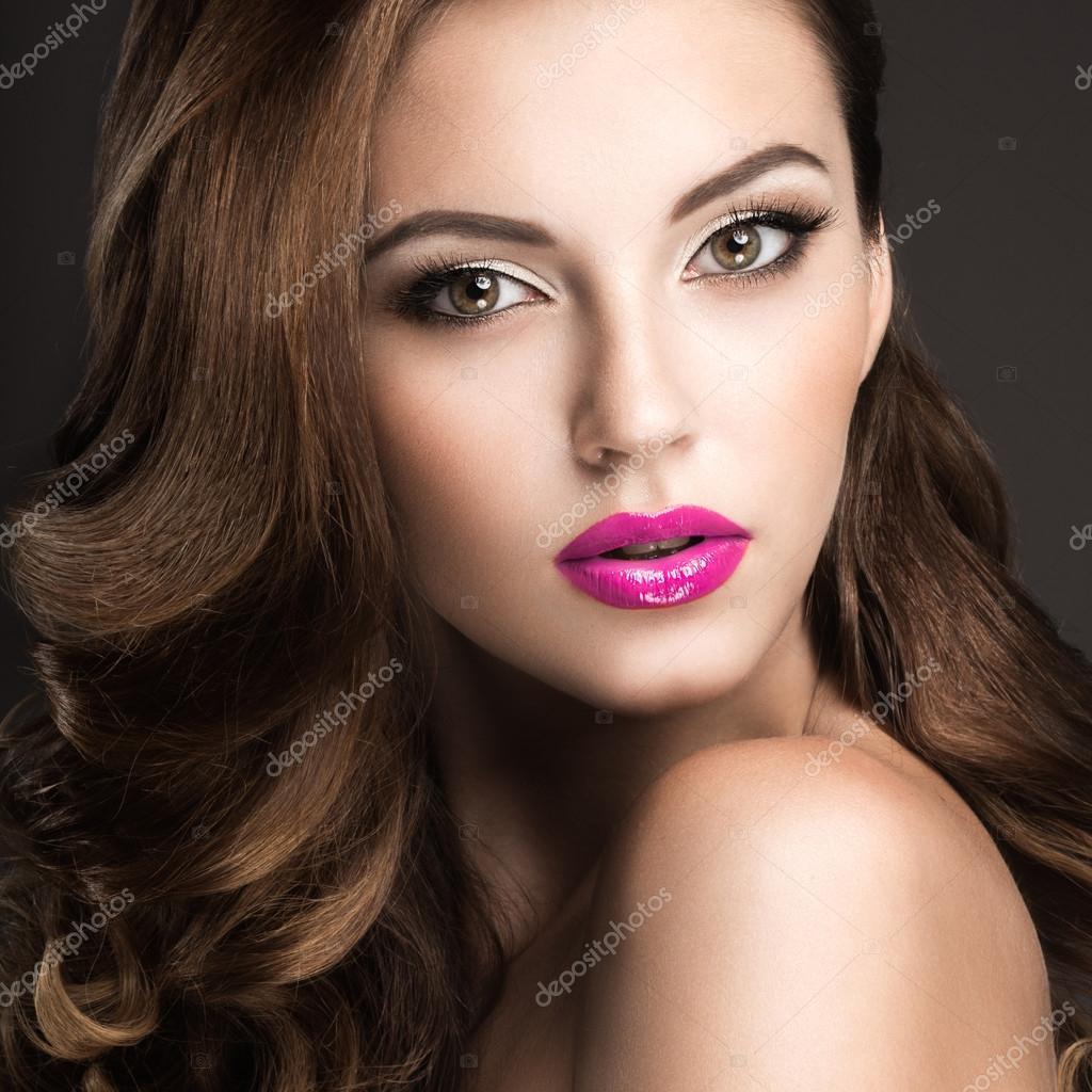 belle femme avec du maquillage de soir e rose l vres et boucles visage beaut photo 68455695. Black Bedroom Furniture Sets. Home Design Ideas